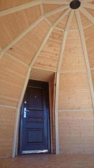 Вид на дверь купольного дома